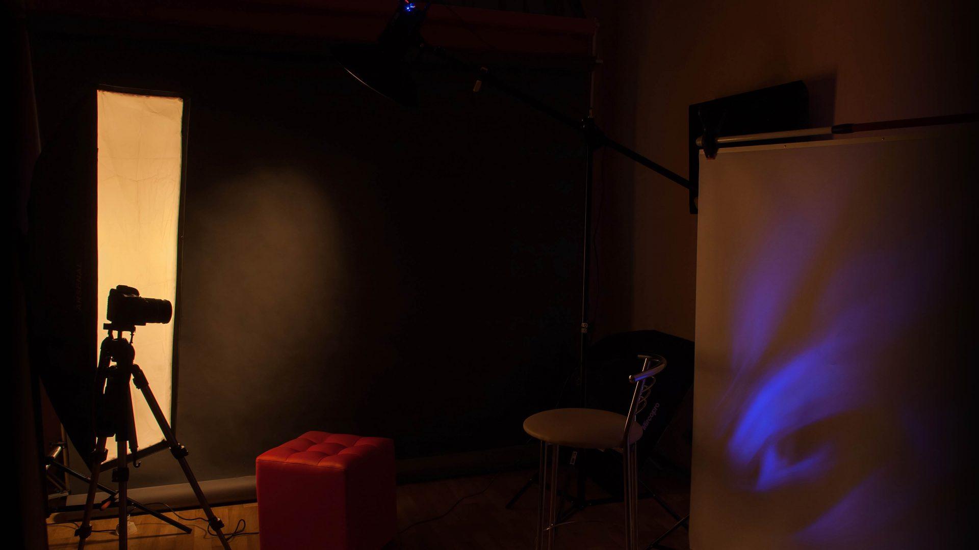 Интерьер фотостудии с оборудованием
